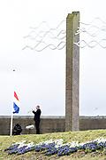 Prinses Margriet bij het herdekinsmunument naast het Watersnoodmuseum tijdens de Nationale Herdenking van de Watersnoodramp. Het is dit jaar 65 jaar geleden dat 1836 mensen het leven lieten door de Watersnoodramp van 1953. <br /> <br /> Princess Margriet at the rediscovery next to the Watersnoodmuseum during the National Commemoration of the flood disaster. It is 65 years ago this year that 1836 people were killed in the flood of 1953.<br /> <br /> OP ce foto / On the photo: Officiele herdenking / Official moment