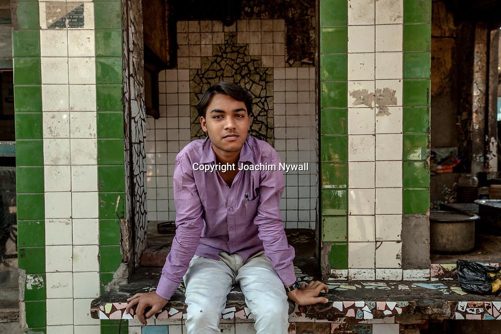 2016 10 20 Agra India Uttar Pradesh<br /> Centrala Agra<br /> Handlare och små fabriker runt mosken<br /> Portätt. Av en ung man<br /> ...............................................................<br /> <br /> FOTO : JOACHIM NYWALL KOD 0708840825_1<br /> COPYRIGHT JOACHIM NYWALL<br /> <br /> ***BETALBILD***<br /> Redovisas till <br /> NYWALL MEDIA AB<br /> Strandgatan 30<br /> 461 31 Trollhättan<br /> Prislista enl BLF , om inget annat avtalas.