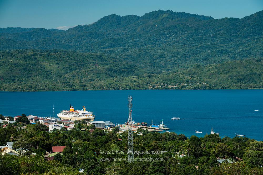 PELNI KM Lambelu di Pelabuhan Larantuka, Flores Timur, Nusa Tenggara Timur, Indonesia