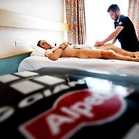 Frankrijk, Chorges, 21-07-2015.<br /> Wielrennen, Tour de France.<br /> 2e Rustdag.<br /> John Degenkolb van de Giant Alpecin wielerploeg op de massagetafel in het hotel.<br /> Foto: Klaas Jan van der Weij