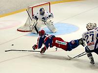 Get-ligaen, ishockey i Furuset Forum.<br /> Furuset mot Vålerenga 4-0.<br /> Regan Kelly blir taklet.<br /> Foto: Geir Egil Skog, Digitalsport