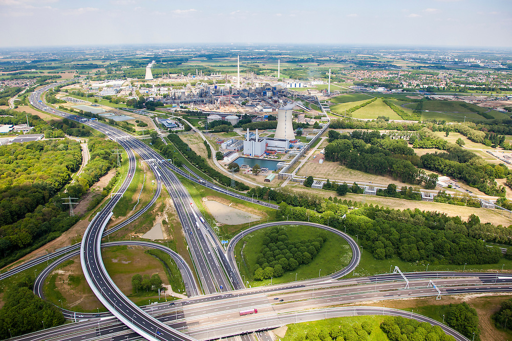 Nederland, Limburg, Gemeente Sittard-Geleen, 27-05-2013;  verkeersknooppunt Kerensheide, klaverturbine A76 en A2<br /> DSM en Chemelot in de achtergrond.<br /> Junction Kerensheide, motorway A2 en A73. <br /> luchtfoto (toeslag op standaardtarieven);<br /> aerial photo (additional fee required);<br /> copyright foto/photo Siebe Swart.
