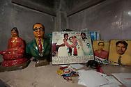 Hemma hos ett par som tillhör gruppen daliter. På hyllan syns viktiga symboler för gruppen. En figur av B. R. Ambedkar daliternas ledare och Buddha eftersom många dalter har konverterat till Buddhism. Bombay (Mumbai), Indien<br /> COPYRIGHT 2009 CHRISTINA SJÖGREN<br /> ALL RIGHTS RESERVED
