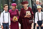 Koningin Sonja van Noorwegen en prinses Beatrix hebben woensdag in Amsterdam een expositie geopend rond de Noorse kunstenaar Evard Munch (1863-1944). In het Van Gogh Museum in Amsterdam zijn tientallen schilderijen en tekeningen van Munch te zien, waaronder het beroemde werk 'De Schreeuw'. <br /> <br /> Queen Sonja of Norway and Princess Beatrix in Amsterdam on Wednesday opened an exhibition of the Norwegian artist Evard Munch (1863-1944). In to see the Van Gogh Museum in Amsterdam are dozens of paintings and drawings by Munch, including the famous painting The Scream.<br /> <br /> Op de foto / On the photo:  Koningin Sonja van Noorwegen en prinses Beatrix  komen aan / Queen Sonja of Norway and Princess Beatrix arrive