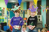Nederland, Veghel, 20101117.?Twee kinderen zijn beide jarig en vieren hun verjaardag op de creche. Het lokaal is versierd met slingers. De kinderen hebben een verjaardagsmuts op met hun naam en leeftijd. Ze hebben hun traktatie, een mooi mandje met popcorn, in de hand.?Kinderopvang 't Kroontje in Veghel...Netherlands, Veghel, 20101117. ?Two children, both celebrating their birthday at the nursery. The room is decorated with garlands. The children have a birthday hat with their name and age on it. They have their treats, a nice basket with popcorn in hand. ?Childcare t Kroontje in Veghel..