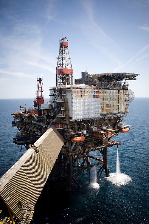 OFFSHORE WORKERS ON BOARD THE ALWYN NORTH PLATFORM IN THE THE NORTH SEA. ALWYN IS THE HUB OF THE ALWYN AREA AND THE SUPPORT CENTRE FOR NEIGHBOURING FIELDS..<br /> PIC OF THE NAA, DRILLING AND ACCOMODATION PLATFORM.<br /> PIC ROSS JOHNSTON/NEWSLINE SCOTLAND