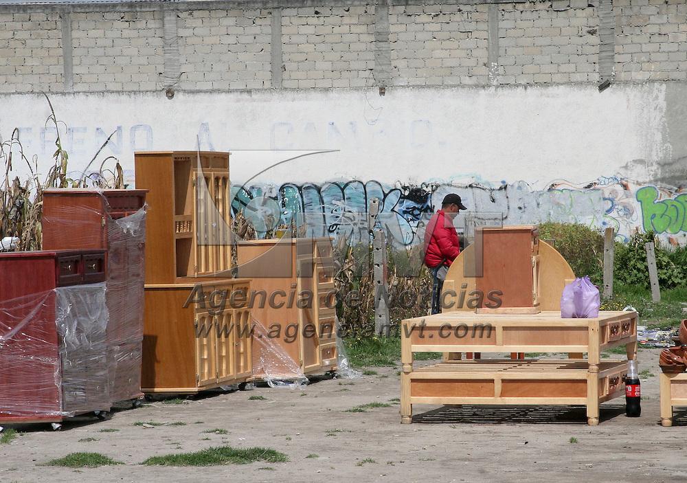 Zinacantepec, México.- Un pequeño tianguis se instala en la entrada principal a la cabecera municipal de Zinacantepec, en donde los visitantes buscan precios económicos en ropa, accesorios, muebles, entre otras cosas. Agencia MVT / José Hernández