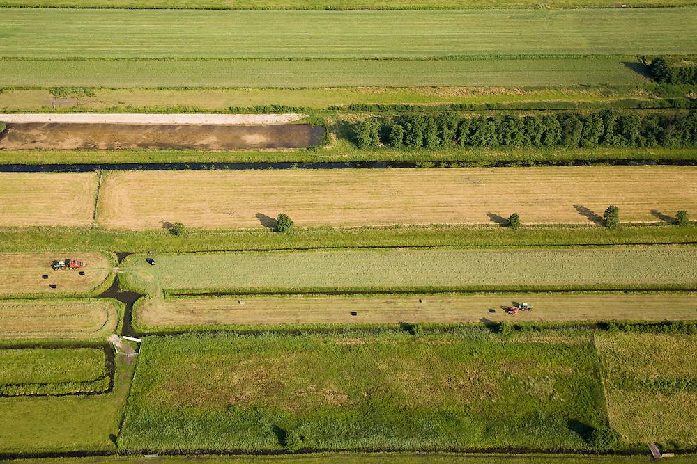 Nederland, Noord-Holland, Tienhoven, 17-06-2008; twee landbouwmachines, gekoppeld aan tractoren, persen gemaaid gras tot balen; de hooibalen wordnn in zwart landbouwplastic ingepakt; hooien, hooibaal, tactor, trekker ..luchtfoto (toeslag); aerial photo (additional fee required); .foto Siebe Swart / photo Siebe Swart.