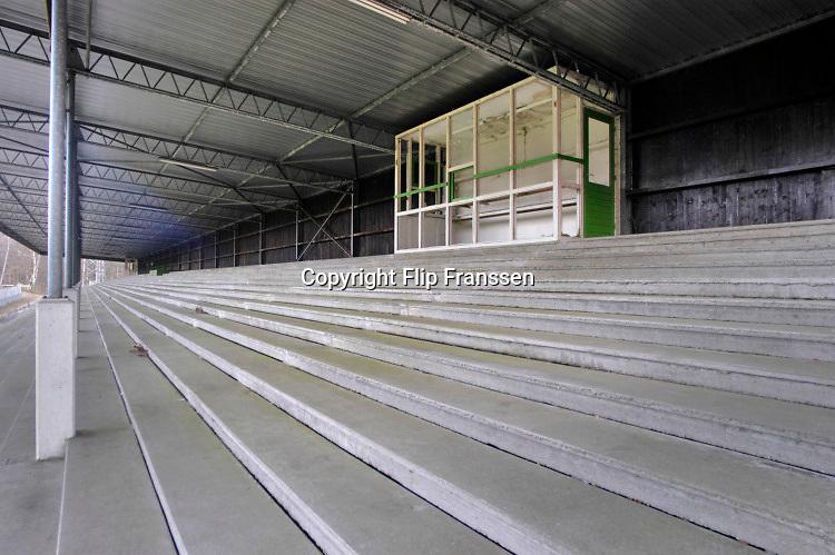 Nederland, Wageningen, 13-1-2005  Het voormalige stadion van de legendarische voetbalclub FC Wageningen, ooit een trotse erediviesie club . Het oude ongebruikte stadion is inzet van een strijd tussen vrienden van het stadion, die het willen behouden, en natuurliefhebbers die het weg willen hebben . Vervallen maar niet gesloopt, afgebroken, vanwege de ligging in een beschermd natuurgebied, de Wageningse Berg . In 1992 werd hier de laatste prof wedstrijd gespeeld .  Voor een eenmalige westrijd worden de lijnen opnieuw gekalkt . Foto: Flip Franssen