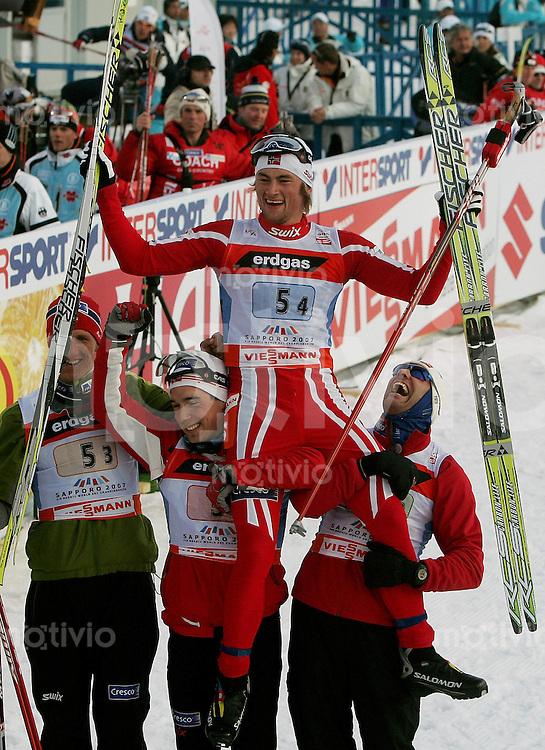 Sapporo , 020307 , Nordische Ski Weltmeisterschaft  Maenner 4x10KM Staffel Rennen ,  Schlusslaeufer Petter NORTHUG wird von Lars BERGER , Odd-Bjoern HJELMSET und Eldar ROENNING (alle NOR) auf den Schultern getragen