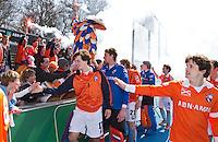 AMSTELVEEN - Bloemigans met de spelers van Bloemendaal  na de EHL wedstrijd hockey tussen de mannen van Bloemendaal en Beeston (Eng.).rechts Wouter Jolie. Foto Koen Suyk