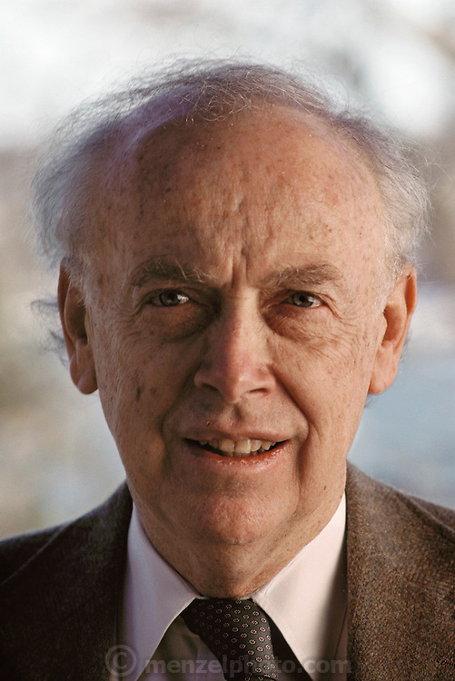 James Dewey Watson (born 1928), American biochemist & co- discoverer of the structure of DNA. Watson graduated from Chicago University & obtained a PhD in 1950. He abandoned plans to become an ornithologist to work on problems in biochemistry & genetics. In 1951 he went to Cambridge, to work with Francis Crick on solving the problem of the structure of DNA. In 1953 they proposed a double helix structure for DNA, which earned them (with Maurice Wilkins) the 1962 Nobel Prize for Medicine. Cold Spring Harbor Laboratory, New York, where Watson was Director at the time of this photograph. MODEL RELEASED 1989. .ADVERTISING/COMMERCIAL USE REQUIRES CLEARANCE.