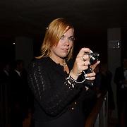 NLD/Amsterdam/20051021 - Uitreiking Televizierring 2005, Selma van Dijk fotografeert de menigte