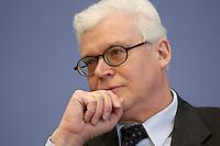 04 MAR 2004, BERLIN/GERMANY:<br /> Klaus Michaelis, Direktor bei der Bundesanstalt fuer Arbeit, BfA, insbesondere zuständig für die Bereiche Grundsatz sowie Versicherung  und Rente, waehrend einer Pressekonferenz, Bundespressekonferenz<br /> IMAGE: 20040304-03-003