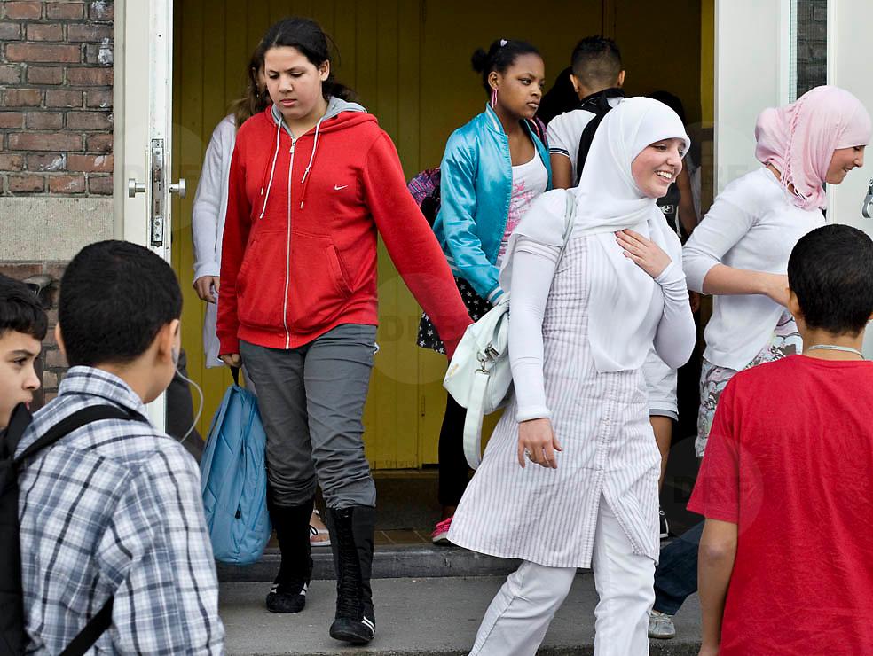 Nederland Rotterdam 23-09-2009 20090923 Serie over onderwijs,  openbare scholengemeenschap voor mavo, havo en vwo.  Pauze, diversiteit aan leerlingen, op foto uitsluitend allochtone leerlingen.                                  .Foto: David Rozing