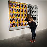 Visitatrice alla Tate Modern Gallery.<br /> <br /> Visitor at Tate Modern Gallery