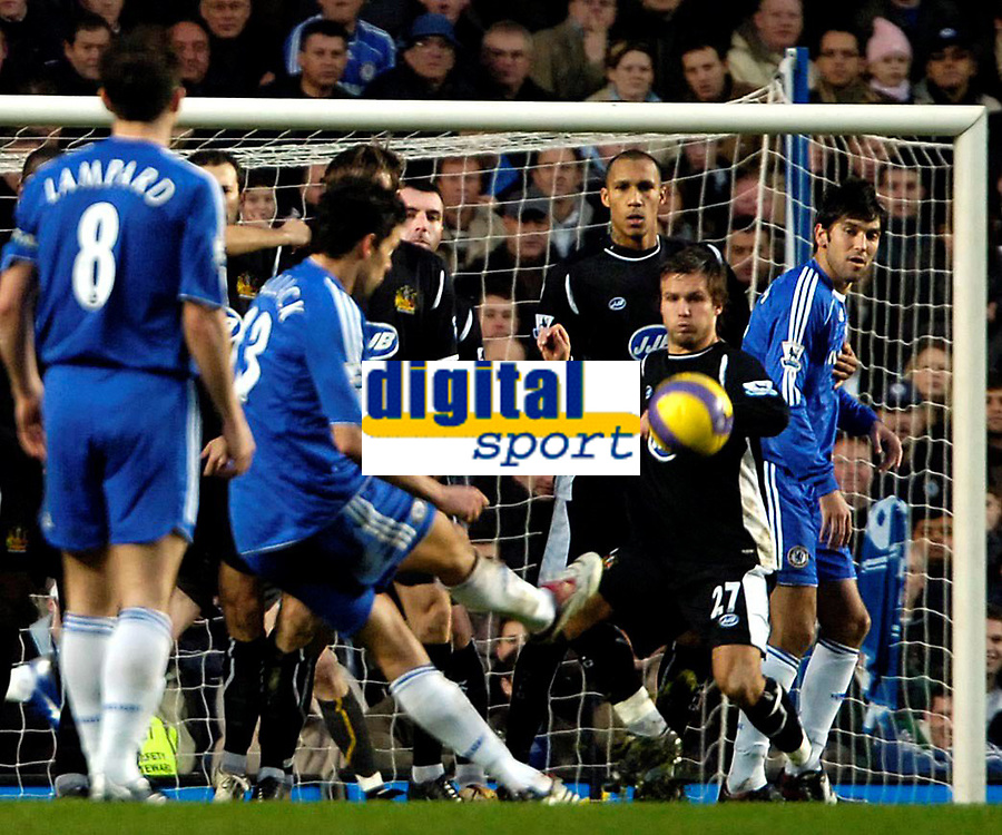 Fotball<br /> Premier League<br /> Stamford Bridge<br /> 13.01.07<br /> Ballack has his free kick blocked by the Wigan defence - Kristofer Hæstad<br /> DIGITALSPORT / NORWAY ONLY