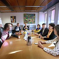 Nederland, Amsterdam , 15 mei 2014.<br /> In de oude wethouderskamer van Eric Wiebes hebben de fractievoorzitters van de acht partijen in Amsterdam zich verzameld voor een crisisoverleg.<br /> Woensdag lieten de PvdA en de SP weten weinig vertrouwen te hebben in een coalitie van D66, VVD, PvdA en SP. Dit was juist wat informateur Thom de Graaff dinsdag adviseerde. Hij stopte gisteren als informateur. De schuld van het mislukken van de formatie legt De Graaf bij 'alle partijen' die 'zo lang draaien'.<br /> (VLNR) Laurens Ivens (SP), Johnas van Lammeren (PvdD) Eric van der Burg (VVD), Rutger Groot Wassink (GroenLinks), Wil van Soest (Partij van de Ouderen), Jan Paternotte (D66), Marijke Shahsavari-Jansen (CDA) en Marjolein Moorman (PvdA<br /> <br /> Op de foto: SP lijsttrekker Laurens Ivens maakt voor aanvang van het overleg een grapje om een beetje lucht omtrent de situatie te creeren.<br /> NB Indien deze foto gebruikt wordt met nadruk vermelden dat Ivens een grapje maakt!!<br /> <br /> <br /> Foto:Jean-Pierre Jans