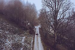 THEMENBILD - ein Liebespaar spaziert auf einem Bergweg in der mit Nebel verhangenen Landschaft, aufgenommen am 23. Dezember 2018 in Kaprun, Oesterreich // a couple walk on a mountain trail in the foggy landscape, Kaprun, Austria on 2018/12/23. EXPA Pictures © 2018, PhotoCredit: EXPA/ JFK