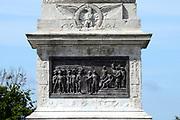 """Colonne de la Grande Armee. De kolom was bedoeld ter nagedachtenis aan een succesvolle invasie van Engeland (een invasie die nooit heeft plaatsgevonden), maar het herdenkt nu de eerste verdeling van de keizerlijke Légion d'honneur op het """"kamp de Boulogne"""", door Napoleon<br /> <br /> The column was intended to commemorate a successful invasion of England (an invasion that never occurred), but it now commemorates the first distribution of the Imperial Légion d'honneur at the """"camp de Boulogne"""", by Napoleon to the soldiers of the Army of England."""