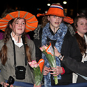 NLD/Apeldoorn/20080119 - Verjaardag Pr. Margriet 65 jaar, Oranje fans met hoedje en bloemen