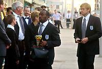 Fotball<br /> England ankommer Østerrike foran landskamp<br /> 2. september 2004<br /> Foto: Digitalsport<br /> NORWAY ONLY<br /> Darius Vassell
