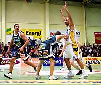 Basket, 3. sluttspill-finale i BLNO 2001. Oslo Kings - Kongsberg Penguins 89 -80. Stovnerhallen 21. mars. Badboni El-Safadi, Kongsberg med hendene over hodet. I midten Barnaby Craddock, Oslo. Til venstre: Mustafa Mahnin, Oslo.