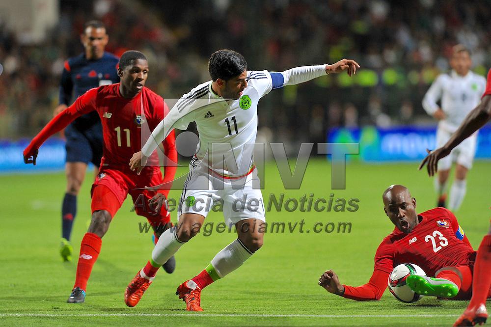 Toluca, México.- Carlos Vela (11) de la selección de México disputa el balón con Felipe Baloy (23) de la selección de Panamá en el partido de preparación rumbo a eliminatorias al mundial de Rusia 2018. Agencia MVT / Mario Vazquez de la Torre