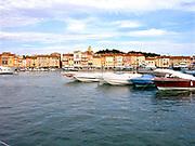 Frankrijk, St. Tropez, 2-9-2017Uitzicht op Saint Tropez, gelegen aan de baai bij zonsondergang. Luxe boten, jachten liggen voor anker in de haven, jachthaven . Foto: Flip Franssen