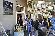 Nederland, Nijmegen, 25-4-2020  Verschillende horeca gelegenheden hebben een afhaalloket ingericht . Hier kun je een drankje per persoon of een maaltijd die online besteld is ophalen . Loket, afhalen, counter,schot,afscheiding,reastaurant, maaltijd .Foto: Flip Franssen