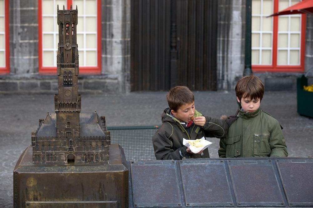 BÉLGICA / FLANDES / BRUJAS<br /> Niños junto a una maqueta de la Torre Belfry<br /> <br /> ©JOAN COSTA
