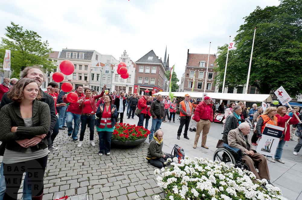 De Utrechtse afdelingen van de SP, PvdA en GroenLinks houden een actie bij het stadhuis tegen het bestuursakkoord dat het kabinet met de gemeentes wil sluiten. Volgens de partijen is er veel te weinig geld beschikbaar, waardoor onder andere gehandicapten, arbeidongeschikten en ouderen in de knel komen te zitten.<br /> <br /> The local departments of the SP (Socialist Party), PvdA (social democrats) and GroenLinks are demonstrating in Utrecht against the cuts. They think that the especially the handicapped and elder people will face the problems.
