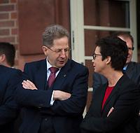 DEU, Deutschland, Germany, Berlin, 12.04.2018: Dr. Hans-Georg Maaßen, Präsident des Bundesamtes für Verfassungsschutz (BfV), im Gespräch mit BAMF-Präsidentin Jutta Cordt beim Besuch des Gemeinsamen Terrorismusabwehrzentrums (GTAZ) auf dem Gelände des BKA.