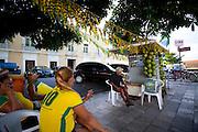 Belem_PA, Brasil..Na foto vendedores ambulantes assistindo partida de futebol da copa do mundo 2010. Belem, Para...In the photo hawkers watching football match of World Cup 2010. Belem, Para...Foto: JOAO MARCOS ROSA / NITRO