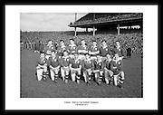 Avbildet ser vi Leinster posere som vinnerne av Railway Cup (gælisk fotball), 17 mars 1955. Gamle.lagbilder av fotballag fra Irland. Sort hvitt bilde fra Dublin til salgs.