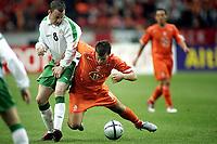 Fotball<br /> Privatlandskamp<br /> Nederland v Irland<br /> Amsterdam Arena<br /> 5. juni 2004<br /> Foto: Digitalsport<br /> NORWAY ONLY<br /> rafael van der vaart i duell med alan quinn