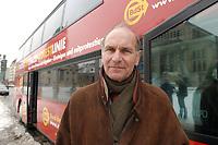 """13 JAN 2003, BERLIN/GERMANY:<br /> Karl Heinz Daeke, Praesident Bund der Steuerzahler, vor einem Reisebus, der unter dem Motto """"Mir reicht´s"""" eine Rundfahrt durch die steuerrelevanten Teile des Regierungsviertels macht, Gendarmenmarkt<br /> IMAGE: 20030113-01-007<br /> KEYWORDS: Karl Heinz Däke, Bus"""