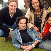 Acteurs bezoeken Six Flags Biddinghuizen, Sander Foppele, Spiros Chalos en Sonja Silva