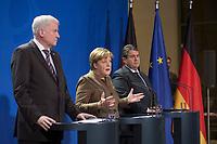 05 NOV 2015, BERLIN/GERMANY:<br /> Horst Seehofer, CDU, Vorsitzender der CSU und Ministerpraesiden Bayern, Angela Merkel, CDU Bundesvorsitzende und Bundeskanzlerin, und Sigmar Gabriel, SPD Parteivorsitzender und Bundeswirtschaftsminister, (v.L.n.R.), waehrend einem Statement zu den Ergebnissen einer Besprechung der Vorsitzenden der die Regierungskoalition tragenden Parteien zur Einrichtung von Registrierzentren fuer Fluechtlinge, Bundeskanzleramt<br /> IMAGE: 20151105-02-020