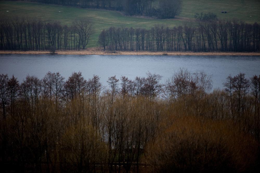 """Landschaft in Oberplan (Horni Plana). """"Das einstige Sudetengebiet, deutsche Dörfer in der tschechischen Grenzregion, ist eine Welt für sich - mit ihren Bergen und der fast unberührten Natur ist es aber eine schöne Welt. Und das ist, was beide verbindet: Tschechen und Deutsche. Angesiedelte und Vertriebene."""""""