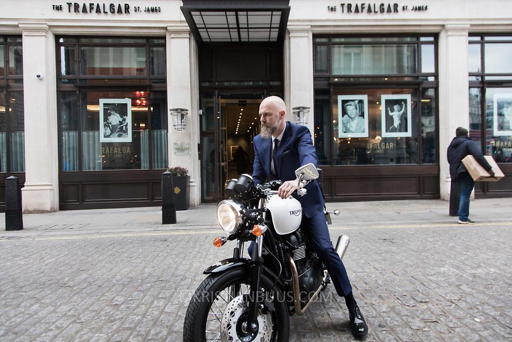 Mark Herrman fra Molton Brown fotograferet udefor hotellet The Trafalgar St James i London for magasinet Dossier.