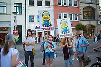 """Erfurt, 03.09.2021: Mitglieder von """"Die Partei"""" mit Plakaten, die Armin Laschet als Minion zeigen bei einer Wahlkampfveranstaltung der CDU mit Armin Laschet, Kanzlerkandidat und CDU-Bundesvorsitzender, auf dem Anger in Erfurt."""