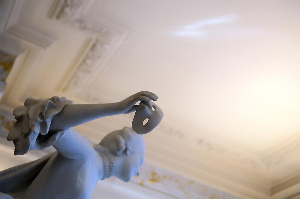 Sculpture (détail) dans le hall de l'Opéra Comique, Paris, Paris-Ile-de-France region, France.<br /> Sculpture (detail) in the hall of the Comic Opera of Paris.