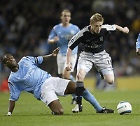 Fotball<br /> Premier League England<br /> 2004/2005<br /> 16.10.2004<br /> Foto: SBI/Digitalsport<br /> NORWAY ONLY<br /> <br /> Manchester City v Chelsea<br /> <br /> Chelsea's Damian Duff cant find a way through the ciity defence pas Sylvain Distin
