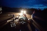 Het team ruimt op na de laatste testronde. In Lausitz rijdt Wil Baselmans van het Human Power Team Delft en Amsterdam de eerste poging om het uurrecord te breken. Wegens warmte heeft hij zijn poging na een half uur moeten afbreken. In september wil het team, dat bestaat uit studenten van de TU Delft en de VU Amsterdam, een poging doen het wereldrecord snelfietsen te verbreken, dat nu op 133 km/h staat tijdens de World Human Powered Speed Challenge.<br /> <br /> At the Dekra test track in Lausitz Wil Baselmans of the Human Power Team Delft and Amsterdam is riding his first attempt to set a new hour record with the VeloX3. After half an hour Baselmans has to stop due to the heat. With the special recumbent bike the team, consisting of students of the TU Delft and the VU Amsterdam, also wants to set a new world record cycling in September at the World Human Powered Speed Challenge. The current speed record is 133 km/h.