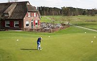 LOCHEM -  Puttinggreen voor clubhuis.  Lochemse Golf Club De Graafschap. COPYRIGHT KOEN SUYK