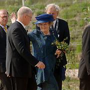 NLD/Hilversum/20060503 - HM de Koninging Beatrix opent de langste natuurbrug ter wereld : Natuurbrug Zanderij Crailo in Hilversum, Beatrix en P.J.M. Poelmann, Voorzitter Stichting Gooisch Natuurreservaat