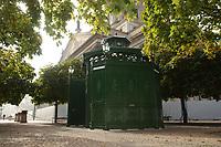 """03 OCT 2003, BERLIN/GERMANY:<br /> Oeffentliche Toilette vom Typ """"Cafe Achteck"""" der Firma Wall, Gendarmenmarkt<br /> IMAGE: 20031003-01-002<br /> KEYWORDS: Öffentliche Toilette, Toilettenhaeuschen, Toilettenhäuschen"""