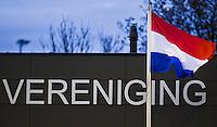 NAALDWIJK - ILLUSTRATIE - Vereniging met vlag  tijdens de oefenwedstrijd van Jong Oranje heren tegen Belgie (3-3). Ter voorbereiding van het WK in India in december. COPYRIGHT KOEN SUYK