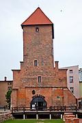 Bytów, 2011-07-08. Gotycka wieża,  pozostałoś średniowiecznego kościoła pw. św. Katarzyny. Obecnie mieści się tam galeria sztuki użytkowej.